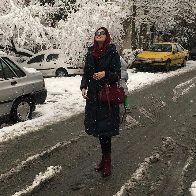 عکس هلیا امامی در حال قدم زدن در برف 96