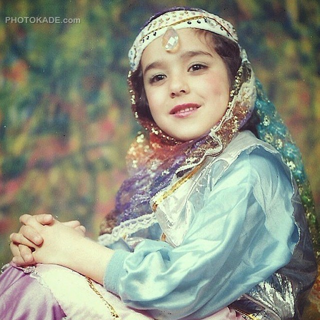 عکس کودکی سوگل طهماسبی در لباس محلی در سن 5 سالگی
