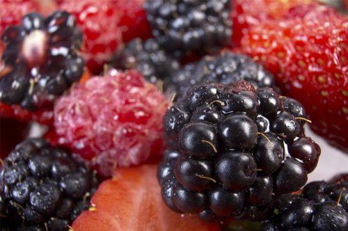 فواید تمشک برای سرطان روده , فایده میوه تمشک برای سرطان های بدخیم , خواص میوه تمشک برای سرطان بدخیم روده , میوه مناسب برای سرطان , علائم سرطان روده و درمان