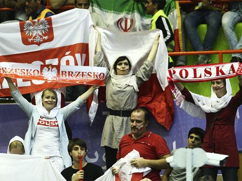 عکس تماشاگران والیبال ایران لهستان در لیگ جهانی 2015,لیگ جهانی 2015,عکس تماشاگران زن و و مرد ایران بازی والیبال ایران و لهستان,عکس تماشاگران زن لهستان در بازی با ایران