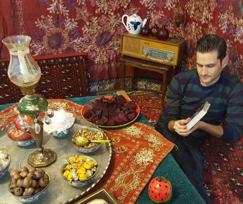 فال حافظ پوریا امینی در کنار کرسی و هندوانه شب یلدا