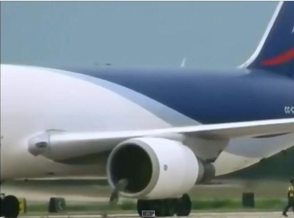 موتور هواپیما خدمه فروگاه رو بلعید با عکس و فیلم,ویدیو رنده شدن انسان در موتور هواپیما,فیلم بلعیدن شدن انسان توسط موتور هواپیما در فرودگاه,حادثه وحشتناک
